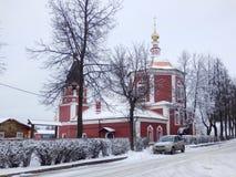 Κόκκινη εκκλησία στο Σούζνταλ το χειμώνα στοκ εικόνα