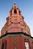 Κόκκινη εκκλησία με τα ζωηρόχρωμες μωσαϊκά και τις σχηματοποιήσεις Στοκ Εικόνες