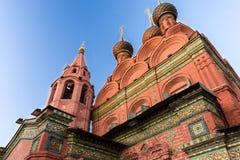 Κόκκινη εκκλησία με τα ζωηρόχρωμες μωσαϊκά και τις σχηματοποιήσεις Στοκ εικόνες με δικαίωμα ελεύθερης χρήσης