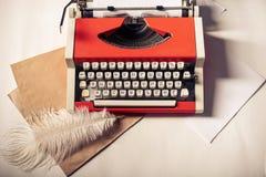 Κόκκινη εκλεκτής ποιότητας γραφομηχανή με το άσπρο κενό φύλλο εγγράφου Στοκ εικόνες με δικαίωμα ελεύθερης χρήσης