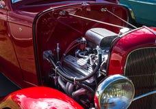 Κόκκινη εκλεκτής ποιότητας μηχανή αυτοκινήτων στοκ εικόνες