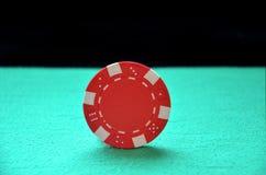 Κόκκινη εξισορρόπηση τσιπ στην άκρη Στοκ φωτογραφία με δικαίωμα ελεύθερης χρήσης