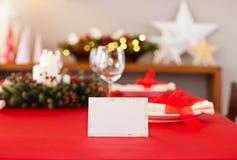 Κόκκινη επιτραπέζια οργάνωση γευμάτων Χριστουγέννων με την κάρτα ονόματος Στοκ Φωτογραφία
