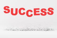 Κόκκινη επιτυχία λέξης ενάντια στον άσπρο τοίχο ελεύθερη απεικόνιση δικαιώματος