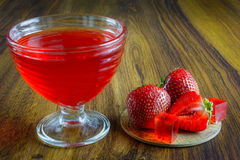 Κόκκινη ζελατίνα με τα φρούτα Στοκ εικόνα με δικαίωμα ελεύθερης χρήσης