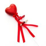 Κόκκινη διακοσμητική καρδιά βαλεντίνων σε μια ράβδο Στοκ φωτογραφίες με δικαίωμα ελεύθερης χρήσης