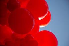 Κόκκινη διακόσμηση διασκέδασης υποβάθρου μπλε ουρανού μπαλονιών Στοκ εικόνα με δικαίωμα ελεύθερης χρήσης