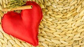 Κόκκινη διακόσμηση καρδιών στο ξηρό banan υπόβαθρο φύλλων Στοκ φωτογραφία με δικαίωμα ελεύθερης χρήσης