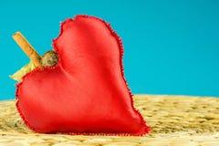 Κόκκινη διακόσμηση καρδιών στο τυρκουάζ υπόβαθρο Στοκ Εικόνα