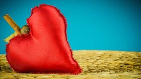 Κόκκινη διακόσμηση καρδιών στο υπόβαθρο φιαγμένο από ξηρό φύλλο μπανανών Στοκ Εικόνες