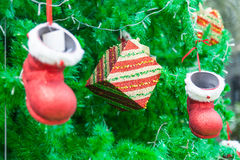 Κόκκινη διακόσμηση μποτών και δώρων στο χριστουγεννιάτικο δέντρο Στοκ φωτογραφία με δικαίωμα ελεύθερης χρήσης