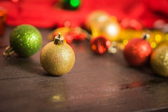 Κόκκινη διακόσμηση υποβάθρου Χριστουγέννων, χρυσό κιβώτιο δώρων, μούρα Στοκ εικόνα με δικαίωμα ελεύθερης χρήσης