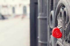 Κόκκινη διαμορφωμένη καρδιά κλειδαριά στην γκρίζα γέφυρα άνδρας αγάπης φιλιών έννοιας στη γυναίκα Στοκ Φωτογραφίες
