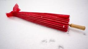 Κόκκινη ιαπωνική ομπρέλα στο χιόνι Στοκ φωτογραφία με δικαίωμα ελεύθερης χρήσης
