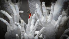 Κόκκινη λιβελλούλη στο άγαλμα χεριών από την κόλαση Στοκ Φωτογραφίες