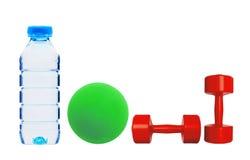Κόκκινη ικανότητα αλτήρων, πράσινη σφαίρα και απομονωμένο μπουκάλι νερό ο Στοκ Φωτογραφίες
