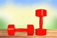 Κόκκινη ικανότητα αλτήρων στον ξύλινο πίνακα πέρα από το υπόβαθρο φύσης Στοκ Φωτογραφία