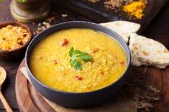 Κόκκινη ινδική σούπα φακών με το επίπεδο ψωμί Masoor DAL Στοκ Εικόνες