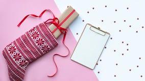 Κόκκινη κάλτσα Χριστουγέννων με τα δώρα σε ένα ελαφρύ υπόβαθρο 8 όλο eps στοιχείων Χριστουγέννων ανασκόπησης copyspace το αρχείο  στοκ εικόνα