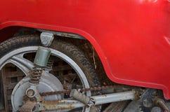 Κόκκινη κάλυψη σωμάτων παλαιού βρώμικου στενού επάνω μοτοσικλετών στοκ εικόνες με δικαίωμα ελεύθερης χρήσης