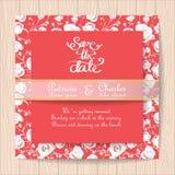 Κόκκινη κάρτα γαμήλιας πρόσκλησης με τα άσπρα ροδαλά πρότυπα λουλουδιών Στοκ Εικόνα