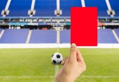 Κόκκινη κάρτα με το υπόβαθρο σταδίων Στοκ εικόνες με δικαίωμα ελεύθερης χρήσης