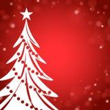 Κόκκινη κάρτα Χριστουγέννων με το άσπρο χριστουγεννιάτικο δέντρο Στοκ φωτογραφία με δικαίωμα ελεύθερης χρήσης