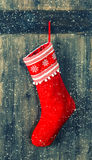 Κόκκινη κάλτσα για τα δώρα Santa γυναικεία κάλτσα Χριστ&omicron Στοκ Εικόνες