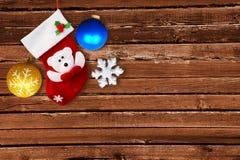 Κόκκινη κάλτσα Χριστουγέννων στον καφετή ξύλινο τοίχο Στοκ Εικόνες