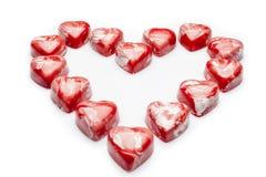 Κόκκινη και άσπρη καρδιά σοκολατών από την υψηλή γωνία Στοκ φωτογραφίες με δικαίωμα ελεύθερης χρήσης