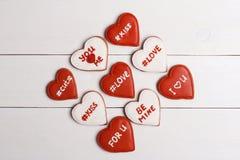 Κόκκινη και άσπρη καρδιά στον πίνακα συνδεδεμένο διάνυσμα βαλεντίνων απεικόνισης s δύο καρδιών ημέρας Στοκ εικόνες με δικαίωμα ελεύθερης χρήσης