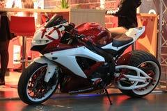 Κόκκινη και άσπρη μοτοσικλέτα συνήθειας Suzuki GSX R600 στοκ εικόνες