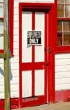 Κόκκινη και άσπρη πόρτα Στοκ φωτογραφίες με δικαίωμα ελεύθερης χρήσης