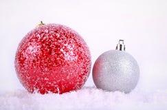 Κόκκινη και ασημένια διακόσμηση Χριστουγέννων σφαιρών Στοκ Εικόνες
