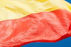 Κόκκινη και κίτρινη σημαία κινηματογραφήσεων σε πρώτο πλάνο στο μπλε υπόβαθρο Στοκ Εικόνα