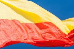 Κόκκινη και κίτρινη σημαία κινηματογραφήσεων σε πρώτο πλάνο στο μπλε υπόβαθρο Στοκ Εικόνες