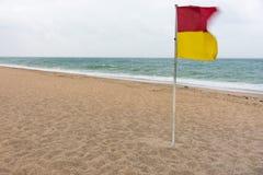 Κόκκινη και κίτρινη σημαία προειδοποίησης που πετά στον αέρα στοκ εικόνες με δικαίωμα ελεύθερης χρήσης