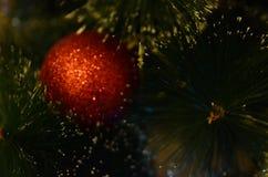 Κόκκινη και λαμπρή διακόσμηση Χριστουγέννων στη μορφή σφαιρών στοκ εικόνες