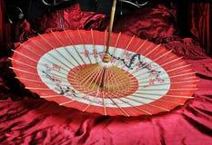 Κόκκινη και μαύρη ιαπωνική ομπρέλα μέσα Στοκ Εικόνες