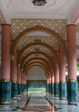 Κόκκινη και πράσινη εσωτερική αρχιτεκτονική στυλοβατών μουσουλμανικών τεμενών Στοκ Φωτογραφία