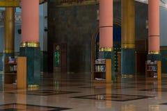 Κόκκινη και πράσινη εσωτερική αρχιτεκτονική στυλοβατών μουσουλμανικών τεμενών Στοκ Εικόνες
