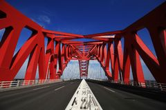 Κόκκινη καλυμμένη δια θόλου γέφυρα χάλυβα Στοκ φωτογραφίες με δικαίωμα ελεύθερης χρήσης