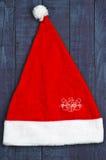 Κόκκινη ΚΑΠ Santa στο μπλε ξύλινο υπόβαθρο Χιονάνθρωπος Στοκ εικόνες με δικαίωμα ελεύθερης χρήσης