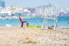 Κόκκινη καρέκλα μετάλλων στην αμμώδη παραλία, Μονπελιέ Γαλλία στοκ εικόνες