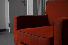 Κόκκινη καρέκλα με το γραπτό υπόβαθρο Στοκ Φωτογραφία