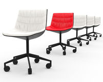 Κόκκινη καρέκλα γραφείων στη σειρά των άσπρων καρεκλών γραφείων Στοκ φωτογραφία με δικαίωμα ελεύθερης χρήσης