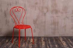 Κόκκινη καρέκλα μετάλλων στο δωμάτιο nterior Στοκ Εικόνα