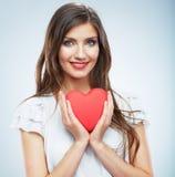 Κόκκινη καρδιά η αγάπη ανασκόπησης κόκκινη αυξήθηκε λευκό συμβόλων Πορτρέτο της όμορφης λαβής Valent γυναικών Στοκ φωτογραφία με δικαίωμα ελεύθερης χρήσης