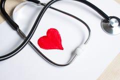 Κόκκινη καρδιά και ένα στηθοσκόπιο Στοκ εικόνες με δικαίωμα ελεύθερης χρήσης