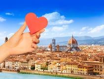 Κόκκινη καρδιά λαβής χεριών πέρα από τη Φλωρεντία και Άγιο Mary στοκ φωτογραφίες